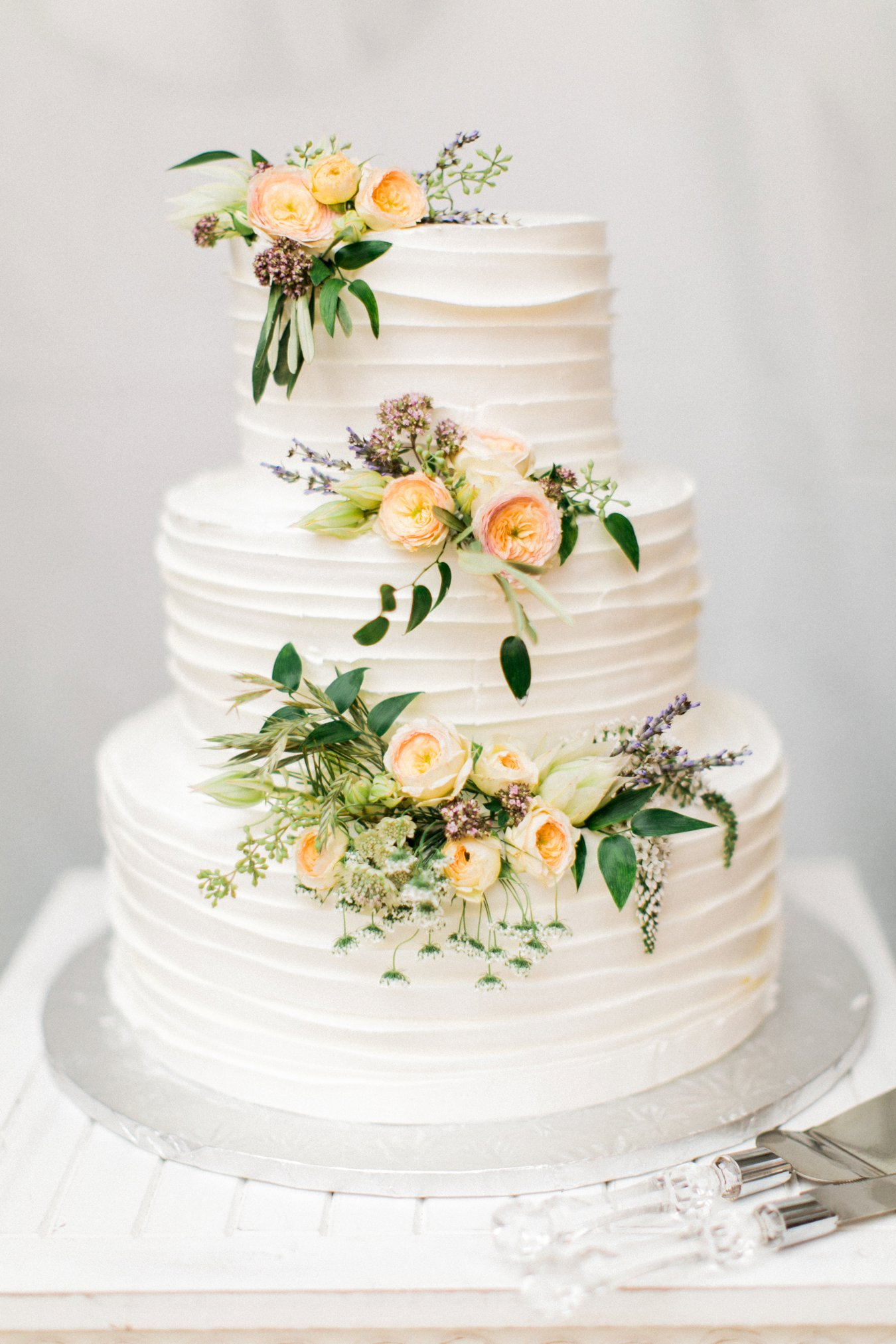 Cake with fresh flower decoration | Michigan Fine Art Wedding Photographer | Cory Weber Photography